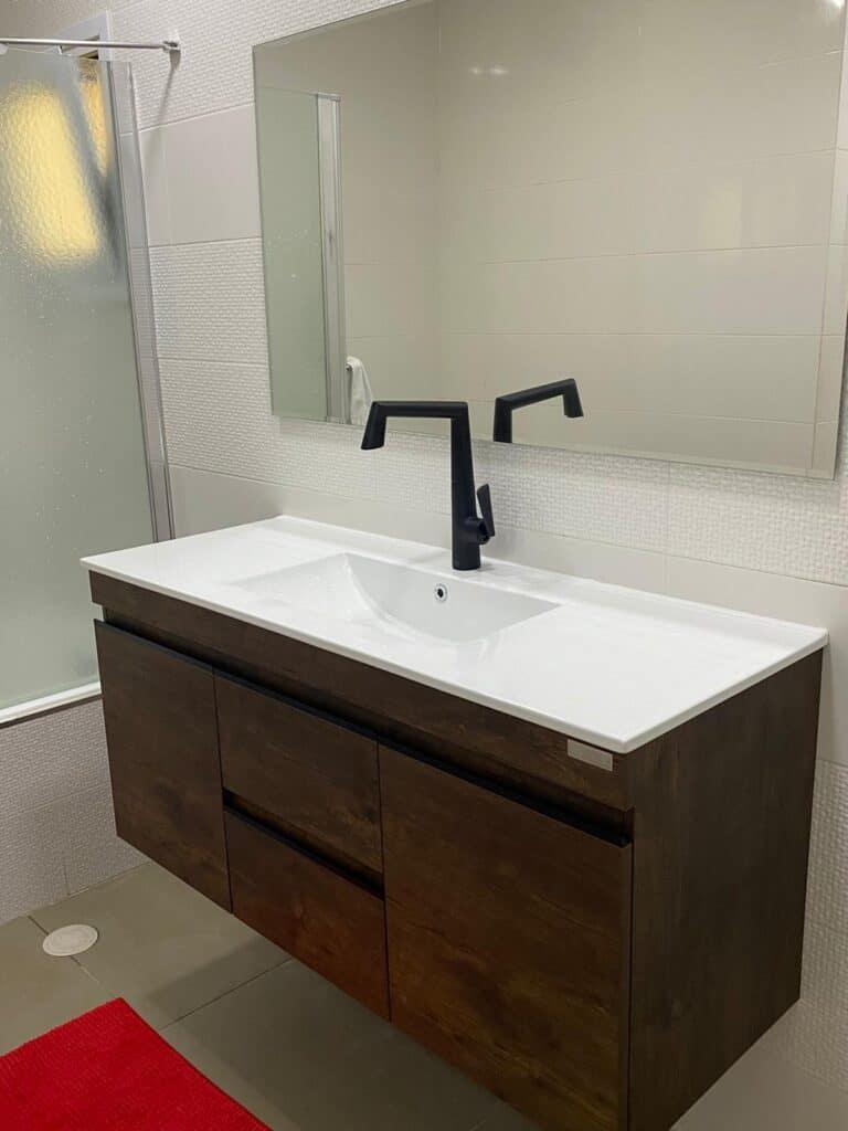 ארון אמבטיה מהפך בחדר רחצה